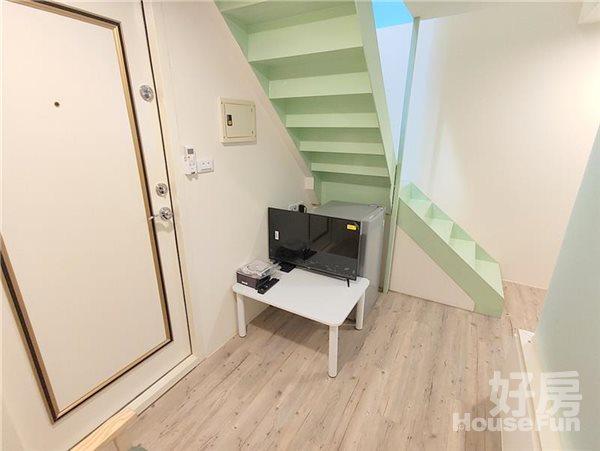 好房網租屋-【新光遠百/市政文心】全新樓中樓兩房木質雙採光沙發照片2