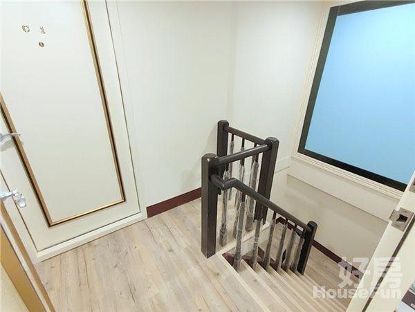 好房網租屋-【新光遠百/市政文心】全新樓中樓兩房木質雙採光沙發照片12